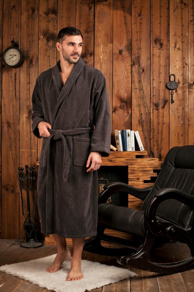 481Классический мужской халат с шалькой из микрокоттона, который делает халат легким, и очень приятным на ощупь. Элегантная отделка декоративной тесьмой внутренних швов полочек. Модель соответствует высокому европейскому уровню.