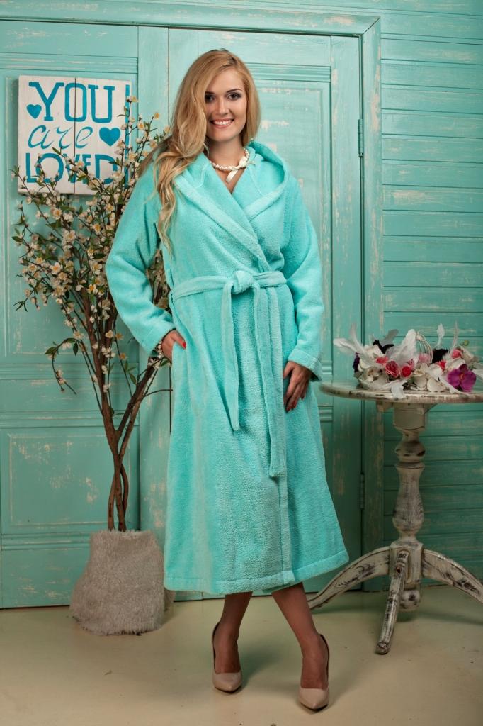 484Премиальный длинный халат с капюшоном для леди, любящих совмещать комфорт и красоту. Модель невероятно мягкая и легкая, благодаря своему составу из микрокоттона. Цветовая гамма поражает воображение и соответствует тенденциям 2017 года.