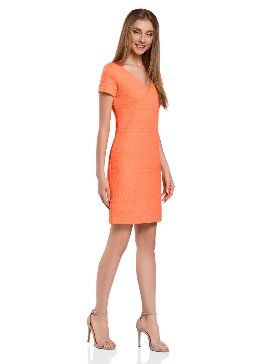 Платье24011013-2/45284/3075FПлатье oodji Collection, выгодно подчеркивающее достоинства фигуры, выполнено из плотного фактурного трикотажа. Модель средней длины с V-образным вырезом горловины и короткими рукавами застегивается на скрытую молнию на спинке.