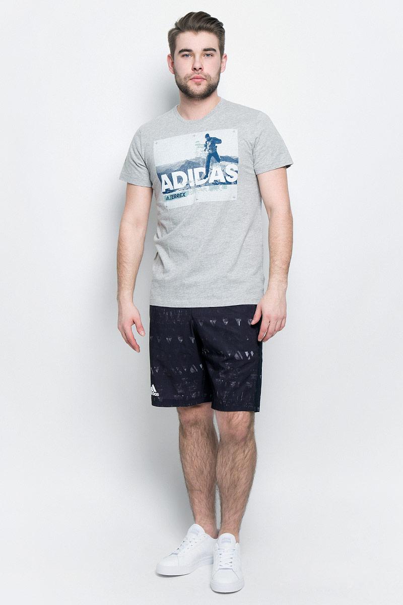 ФутболкаBR7205Мужская футболка adidas Trail Run Tee выполнена из натурального хлопка. Модель с короткими рукавами и круглым вырезом горловины оформлена интересным принтом.