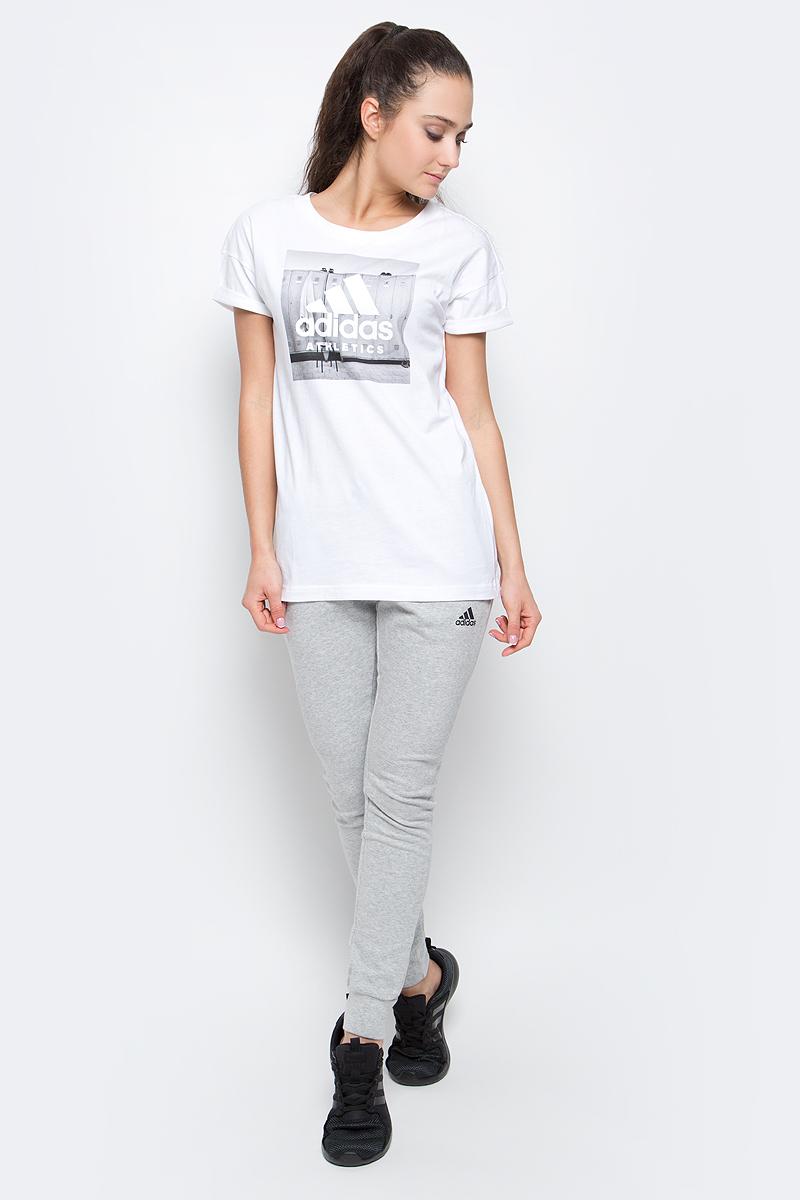 ФутболкаBP8363Женская футболка Category Ath от adidas выполнена из гладкого хлопкового трикотажа. Модель свободного кроя, рукава с подвернутыми манжетами в современном стиле. Изделие спереди оформлено графическим принтом.