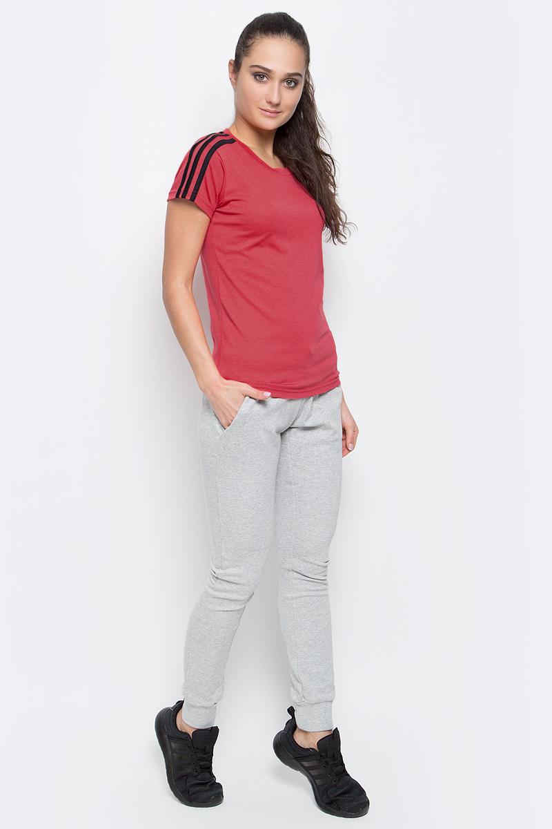 ФутболкаS97184Спортивная женская футболка Ess 3s slim tee от adidas современного приталенного кроя выполнена из отводящей влагу ткани с технологией climalite, которая поможет сохранить комфортное ощущение сухости. У модели круглый ворот, на рукавах узнаваемые три полоски. Эта модель — часть экологической программы adidas: использованы технологии, сберегающие природные ресурсы, каждая нить имеет значение, переработанный полиэстер сохраняет природные ресурсы и уменьшает отходы производства.