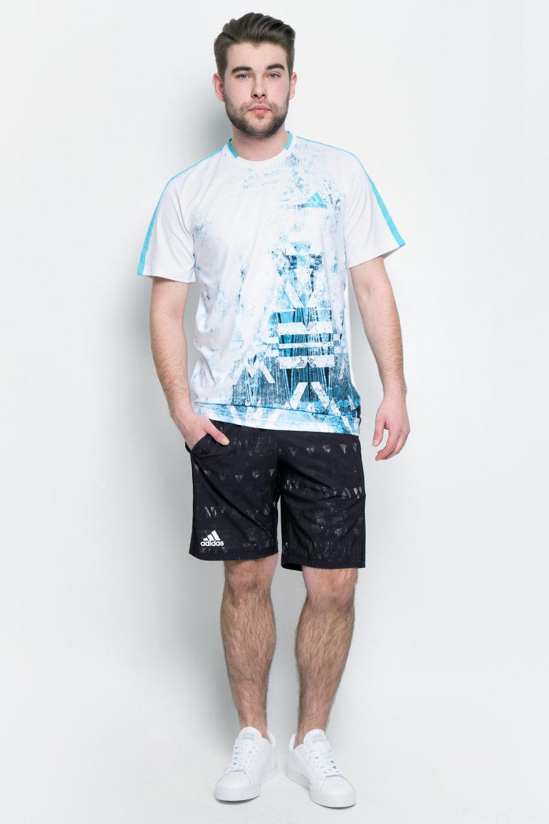 ШортыB45797Мужские шорты для тенниса Adidas Essex Tr Ber изготовлены из полиэстера с добавлением эластана. Модель дополнена широкой эластичной резинкой на поясе. Объем талии регулируется при помощи шнурка-кулиски в поясе. Шорты дополнены двумя втачными карманами спереди. Изделие оформлено оригинальным принтом.