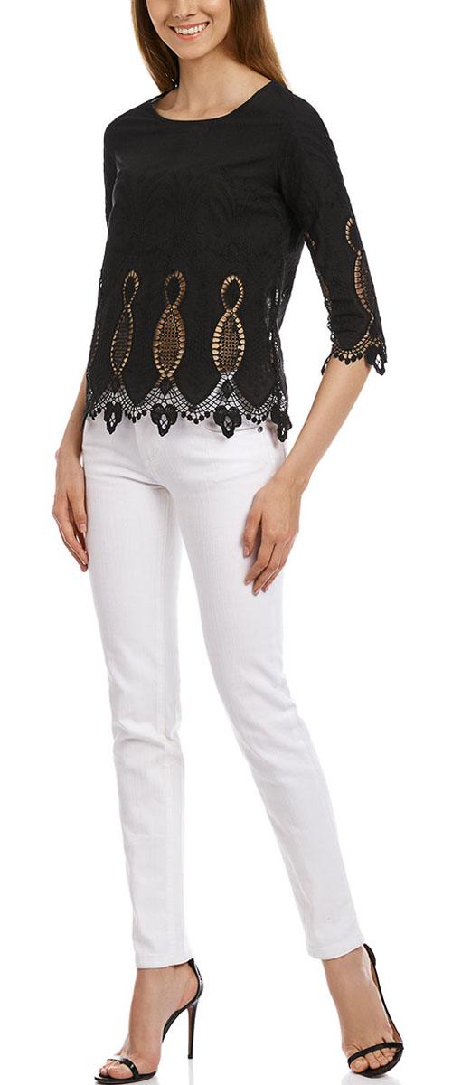 21401402M/45831/1000NЖенская блузка oodji Collection выполнена из натурального хлопка. Модель с круглым вырезом горловины и рукавами 3/4 сзади застегивается на пуговицу.