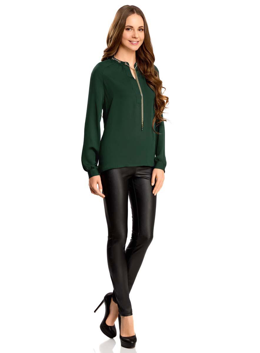 21414004/45906/4500NСтильная женская блузка oodji Collection выполнена из 100% полиэстера. Модель с V-образным вырезом горловины и длинными рукавами дополнена металлической цепочкой. Спинка изделия немного удлинена.