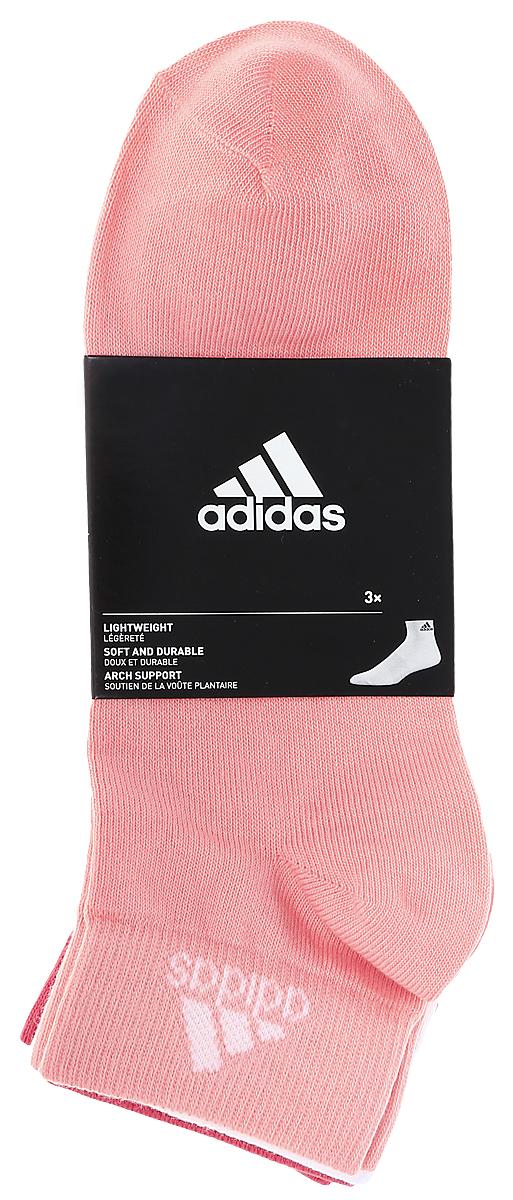 Комплект носковS99887Женские носки adidas Per Ankle T изготовлены из высококачественного эластичного хлопка с добавлением полиамида и полиэстера. Укороченные носки с поддержкой стопы имеют эластичную резинку, которая надежно фиксирует носки на ноге. В комплект входят 3 пары носков разных цветов.