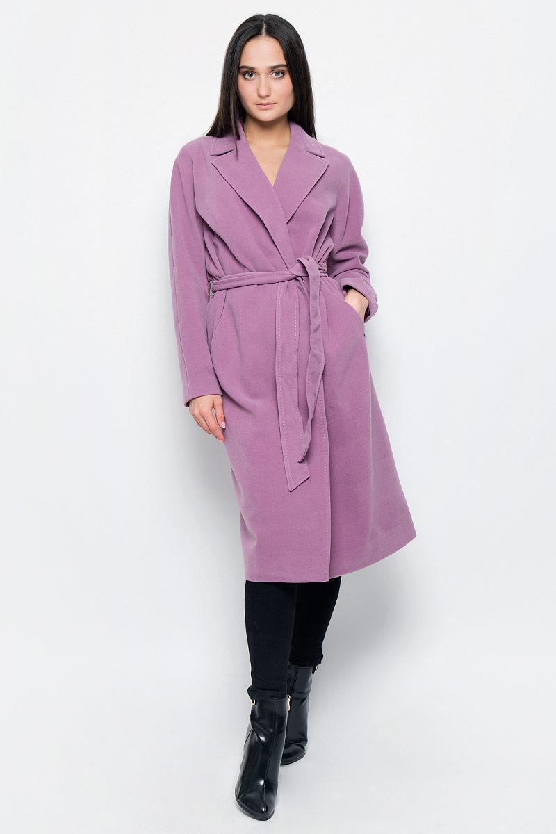 ПальтоB17-11090Стильное женское пальто Finn Flare изготовлено из полиэстера с добавлением вискозы и эластана. Модель с длинными цельнокроеными рукавами и воротником с лацканами застегивается спереди на две кнопки. Изделие дополнено широким поясом. Пальто с двумя врезными карманами, сзади на подоле - разрез.