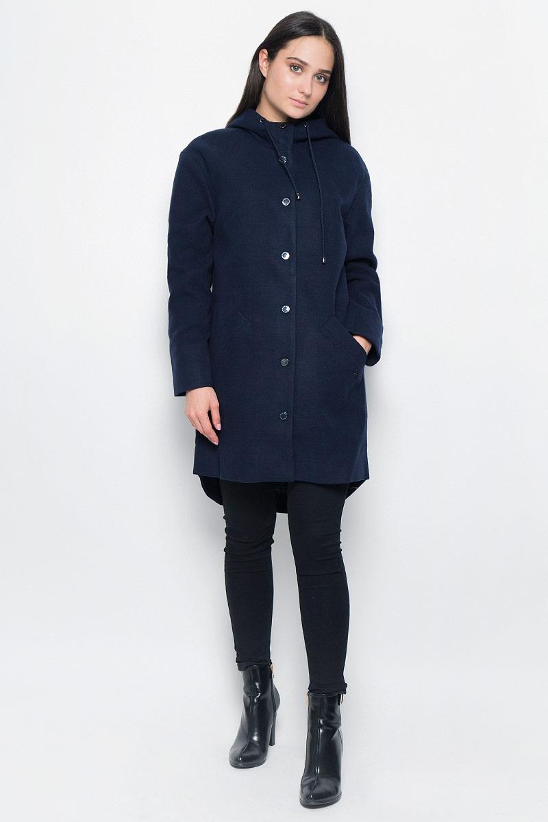 ПальтоB17-11014Короткое женское пальто Finn Flare изготовлено из полиэстера с добавлением вискозы. Модель с длинными рукавами и капюшоном застегивается на металлические кнопки. Капюшон дополнен шнурком-утяжкой. Пальто с двумя врезными карманами. Полукруглая спинка длиннее передней части изделия.