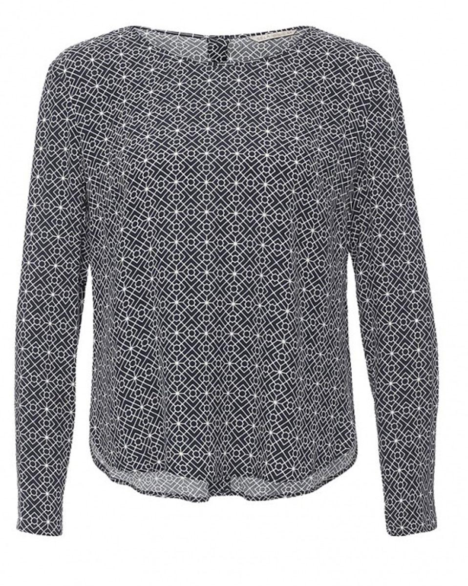 БлузкаTw-112/1190-7131Лаконичная женская блузка Sela выполнена из тонкого легкого материала и оформлена контрастным принтом. Модель прямого кроя с удлиненной спинкой и круглым вырезом горловины застегивается на пуговицы сзади. Блузка подойдет для офиса, прогулок и дружеских встреч и будет отлично сочетаться с джинсами и брюками, и гармонично смотреться с юбками. Мягкая ткань на основе вискозы комфортна и приятна на ощупь.