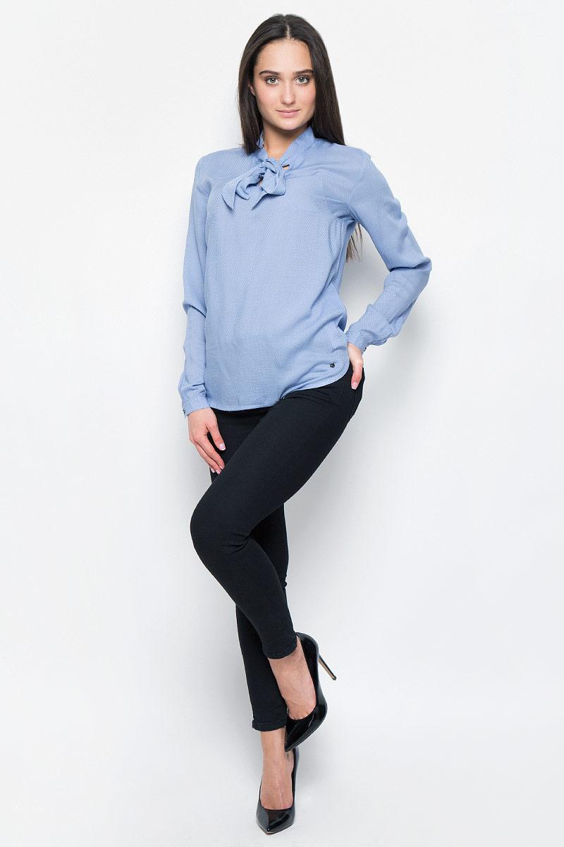 БлузкаB17-11053Стильная блузка Finn Flare выполнена из вискозы. Модель оформлена воротником-стойкой на завязках, манжеты рукавов застегиваются на пуговицы. Блузка декорирована маленьким металлическим элементом с названием бренда. Блузка свободного кроя с закругленным низом и разрезами по бокам, спинка слегка длиннее переда.