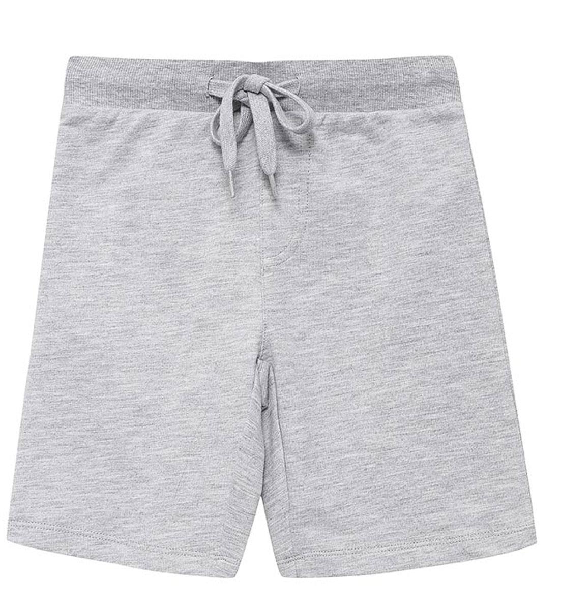 ШортыSHk-715/302-7161Удобные шорты для мальчика Sela выполнены из качественного хлопкового материала в спортивном стиле. Шорты прямого кроя и стандартной посадки на талии имеют широкий пояс на мягкой резинке, дополнительно регулируемый шнурком.