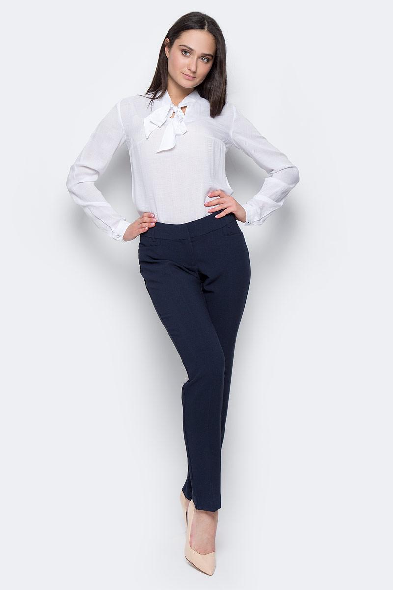БрюкиB17-11089Женские брюки Finn Flare изготовлены из полиэстера с добавлением вискозы и эластана. Модель слегка зауженного кроя и средней посадки. Изделие застегивается на молнию, крючки и внутреннюю пуговицу, пояс дополнен шлевками для ремня. По бокам расположены два втачных кармана, сзади - имитация прорезных карманов. Низ штанин с небольшими разрезами.