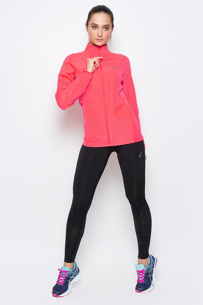 Ветровка134110-0904Женская ветровка для бега Asics Jacket подарит вам особенный комфорт во время тренировок в прохладную погоду. Ткань, изготовленная с применением технологии Motion Dry, позволяет удалять лишнюю влагу с кожи во время занятий спортом, обеспечивая тем самым замечательный уровень комфорта. Такая куртка идеально подходит для скоростного бега и трейл-раннинга в горах, где необходима дополнительная защита от изменчивых погодных условий и небольшой вес. Ветровка с воротником-стойкой и длинными рукавами застегивается на пластиковую застежку-молнию с защитой для подбородка и внутренней ветрозащитной планкой. Низ рукавов дополнен эластичными вставками. Спереди расположено два втачных кармана на застежках-молниях. Модель дополнена вставками из эластичного полиэстера и оформлена термоаппликациями из светоотражающего материала. Такая ветровка послужит отличным дополнением к вашему спортивному гардеробу, в ней вы будете чувствовать себя комфортно и уютно.