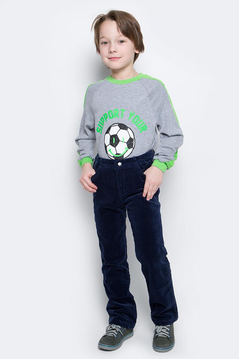 361056Стильные вельветовые брюки для мальчика. Брюки прямого кроя и стандартной посадки на талии застегиваются на пуговицу и имеют ширинку на застежке-молнии. Пояс дополнен мягкой резинкой для удобной посадки. Хлопковая подкладка держит тепло и обеспечивает дополнительное удобство. Модель представляет собой классическую пятикарманку: два втачных и один маленький накладной кармашек спереди и два накладных кармана сзади.