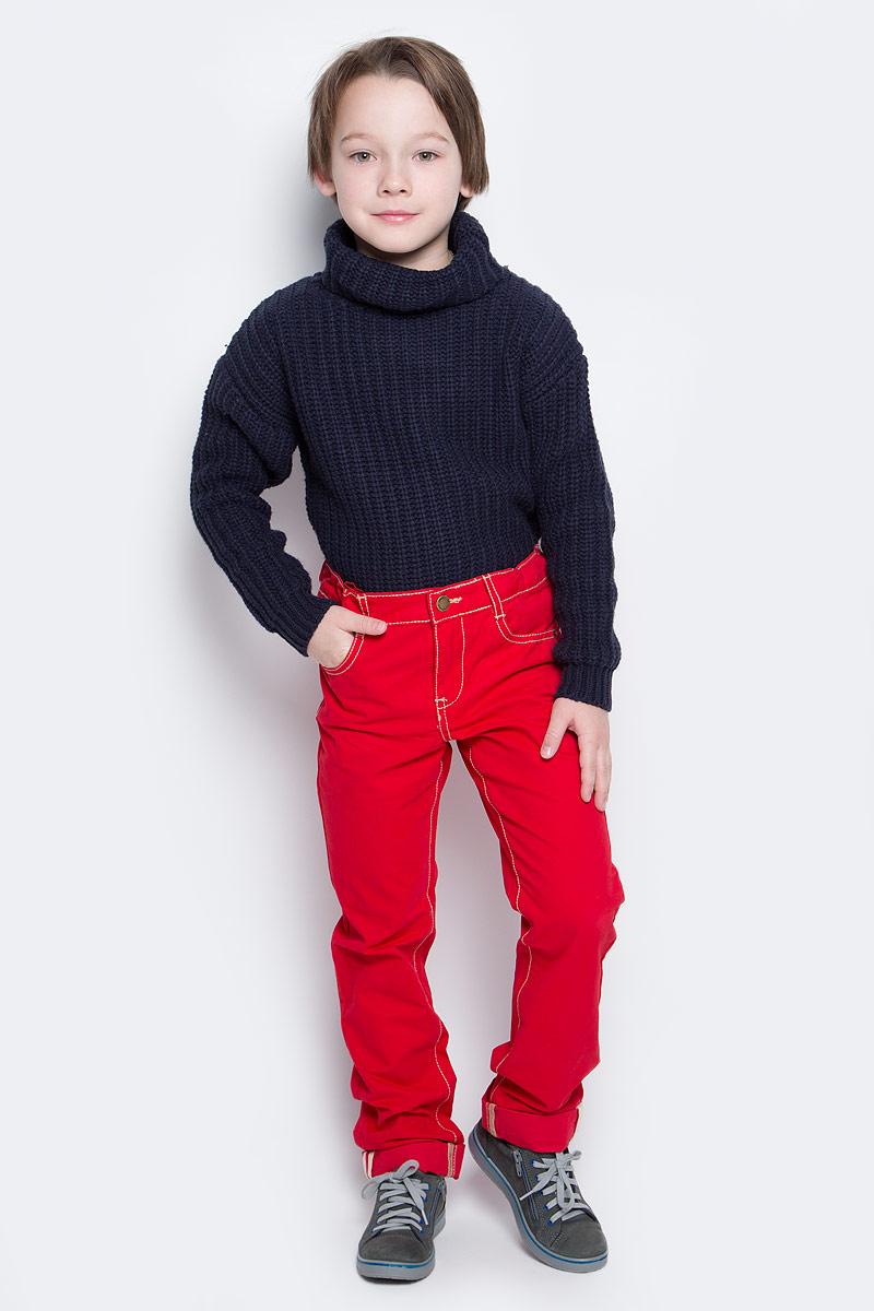 Брюки361013Яркие брюки для мальчика выполнены из твила и оформлены контрастной строчкой. Брюки прямого кроя и стандартной посадки на талии застегиваются на пуговицу и имеют ширинку на застежке-молнии. Модель представляет собой классическую пятикарманку: два втачных и один маленький накладной кармашек спереди и два накладных кармана сзади. На поясе имеются шлевки для ремня. Яркий цвет модели позволяет создавать стильные образы.