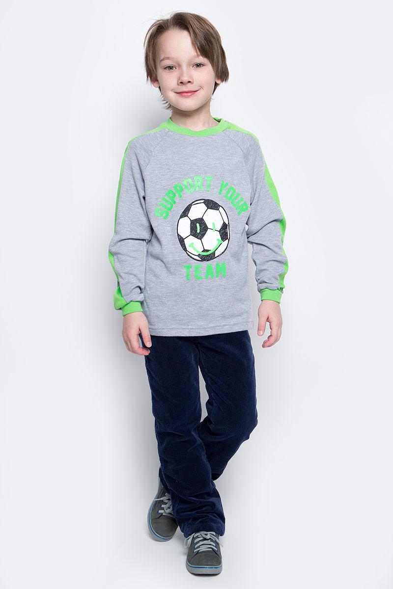 Свитшот20717Свитшот для мальчика КотМарКот с длинными рукавами и круглым вырезом горловины выполнен из натурального хлопка. Изнаночная сторона имеет начес. Изделие украшено принтом и надписями.