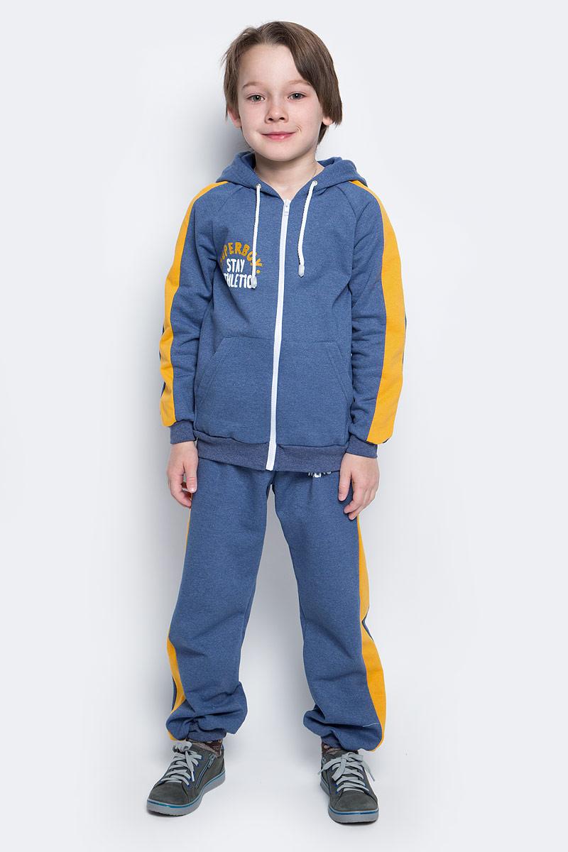 Спортивный костюм20916Спортивный костюм для мальчика КотМарКот, изготовленный из натурального хлопка, состоит из кофты и брюк. С изнаночной стороны костюм дополнен теплым мягким начесом. Кофта с капюшоном на шнурке и длинными рукавами-реглан застегивается спереди на пластиковую застежку-молнию. Манжеты и низ изделия дополнены широкой эластичной резинкой. Спереди расположено два накладных кармана и стильная надпись. Брюки на поясе имеют широкую эластичную резинку со шнурком. Брюки оформлены принтом с надписями и лампасами.