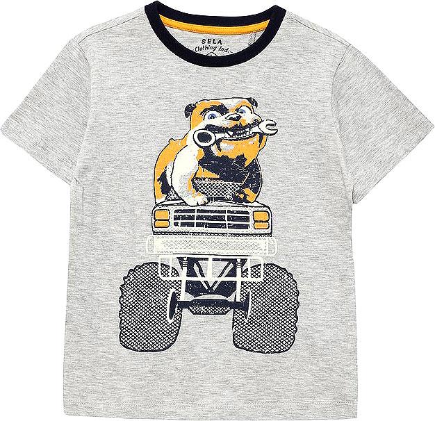 ФутболкаTs-711/509-7111Стильная футболка для мальчика Sela изготовлена из натурального хлопка и оформлена оригинальным принтом. Воротник дополнен мягкой трикотажной резинкой контрастного цвета. Яркий цвет модели позволяет создавать модные образы.