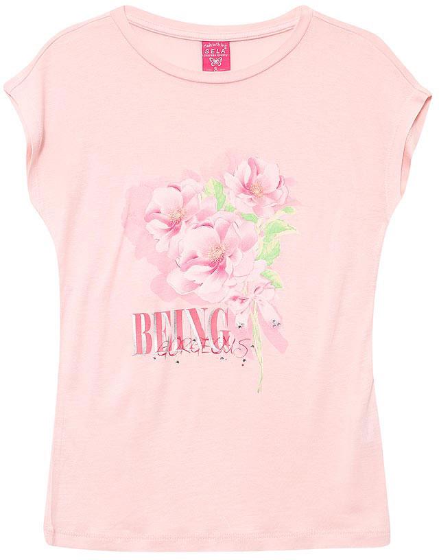 ФутболкаTs-611/946-7131Стильная футболка для девочки Sela станет отличным дополнением к гардеробу юной модницы. Модель прямого кроя изготовлена из качественного трикотажа и оформлена оригинальным принтом и стразами. Воротник дополнен мягкой эластичной бейкой.