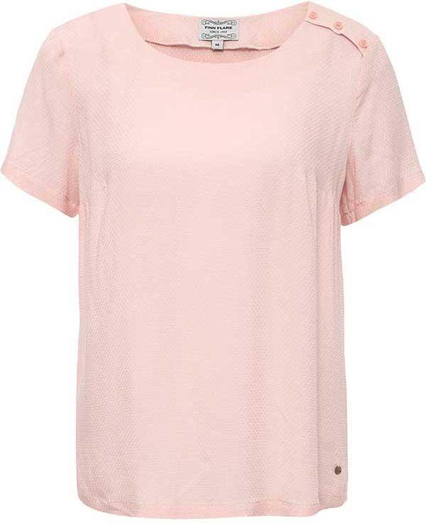 БлузкаB17-11052Легкая блузка Finn Flare, выполнена из вискозы. Модель с круглым вырезом горловины и короткими рукавами. Блузка декорирована планкой с пуговицами на левом плече и маленьким металлическим элементом с названием бренда. Блузка свободного кроя с закругленным низом.