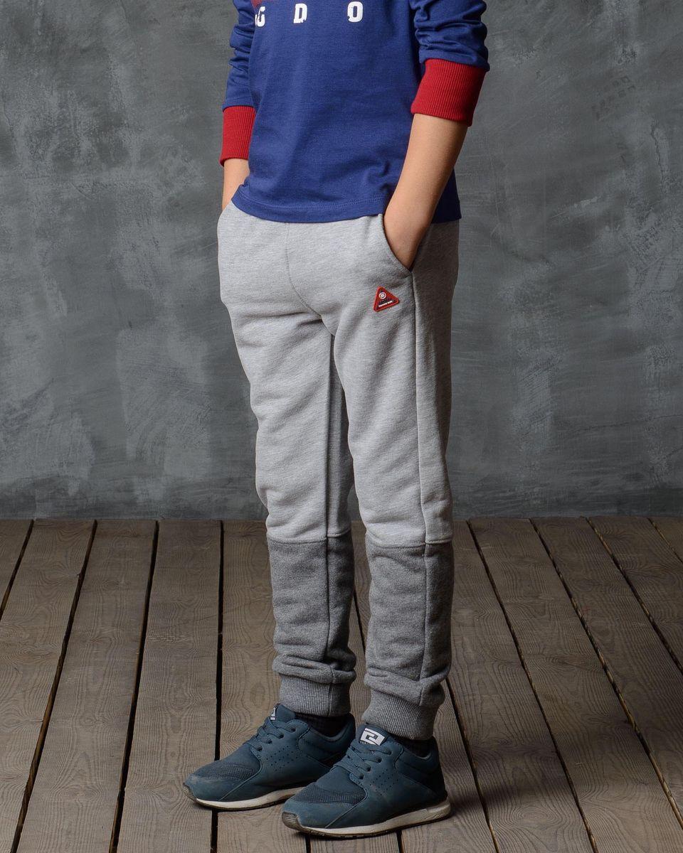 Брюки спортивные15В00040700/MDNY_CLUB___/Спортивные брюки Modniy Juk изготовлены из высококачественной мягкой ткани. Модель полуприлегающего силуэта заужена к низу. Комфортный мягкий пояс и манжеты из трикотажной резинки. Брюки дополнены боковыми карманами. Яркая нашивка в стиле Modniy Juk.