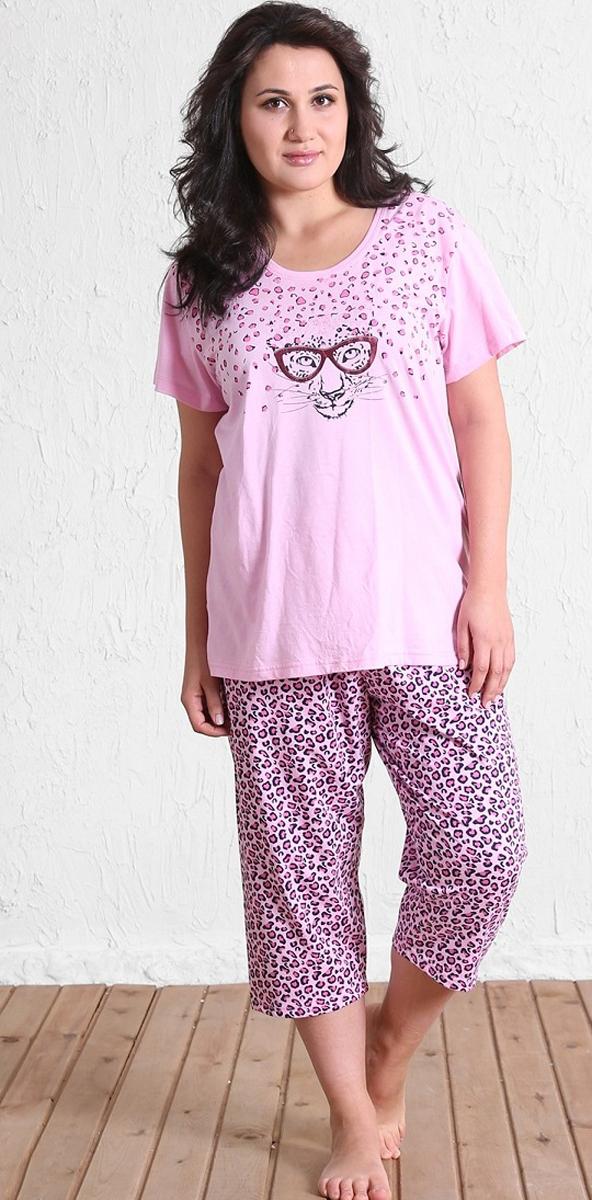 Домашний комплект511070 5213Домашний женский костюм Vienettas Secret, состоящий из футболки и бридж, изготовлен из натурального хлопка. Футболка с круглым вырезом горловины и короткими рукавами оформлена принтом с изображением мордочки гепарда. В боковых швах футболка дополнена небольшими разрезами. Бриджи с эластичным поясом имеют утягивающий шнурок, который улучшает посадку на талии. Выполнено изделие ярким гепардовым принтом.