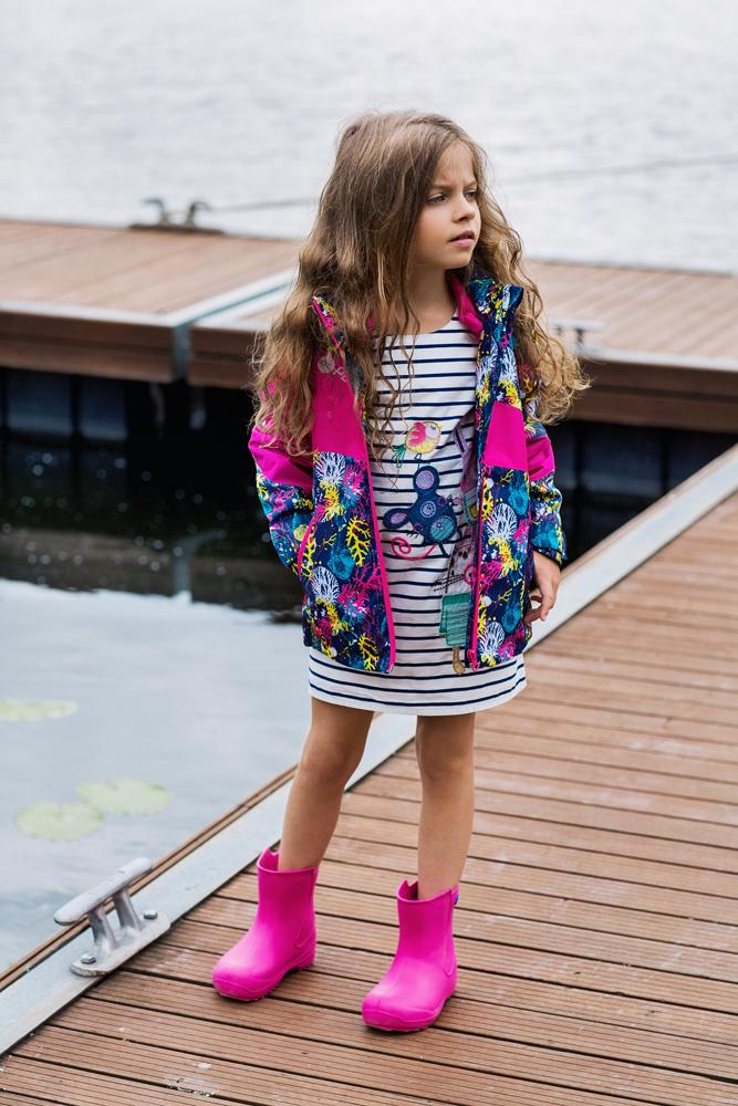 Куртка1jk707Удобная и комфортная куртка для девочки atPlay! выполнена из качественного полиэстера. Куртка на весну для девочки с отстегивающейся флисовой подстежкой. Кофта из флиса может использоваться как самостоятельный предмет гардероба. В данной модели куртки обращает на себя внимание оригинальный дизайн – яркие цветовые сочетания не оставят равнодушным никого. Отличный способ предусмотреть любые изменения весенней погоды – выбор верхней мембранной одежды от канадского бренда At-Play! Куртка 2-в-1 – это одновременно и теплая весенняя куртка, и легкая ветровка. Грязе- и водоотталкивающее покрытие Teflon облегчает уход за этой одеждой – после прогулки достаточно протереть поверхность влажной губкой. Внимание к деталям и высочайшие стандарты качества – неизменное правило производителя At-Play!