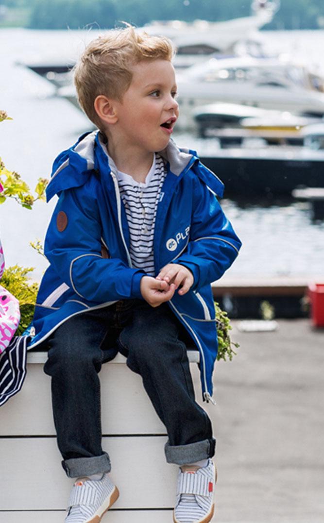 Куртка2jk706Куртка для мальчика Ткань верха: Polyester, с покрытием Teflon от DuPont; Дышащая способность: 5000г/м, Водонепроницаемость 5000мм, Утеплитель Shelter 80гр.; Подкладка: Ворсовое полотно Утепленная куртка-парка на весну для мальчика. Стильного горчичного или синего цвета – для тех, кто не ищет компромиссов. С внешней стороны ткань обладает грязе- и водоотталкивающей способностью за счет покрытия Teflon. Это покрытие не позволяет воде проходить через верхний слой ткани, она скатывается в маленькие шарики и легко стряхивается с одежды, а любые загрязнения легко удалить с помощью влажной губки. Преимущества куртки: Проклеенные швы - благодаря чему куртка не продувается и не промокает, Мягкая подкладка на воротнике и капюшоне - обеспечивает особый комфорт ребенка, светоотражающие элементы, вместительные карманы, потайные карманы. Фурнитура всемирно известной марки YKK - высочайшее качество в деталях и элементах.