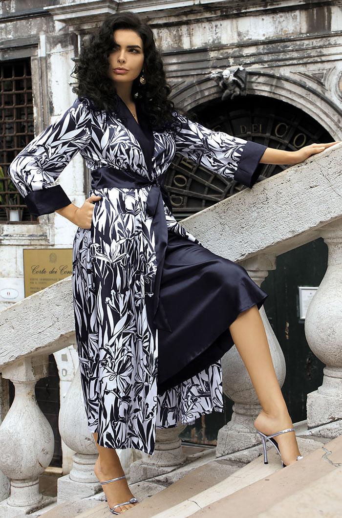 17049Длинный халат из принтованного искусственного шелка прилегающего силуэта. Халат с притачным поясом и с двумя вытачками спереди и сзади. Рукав втачной, внизу рукавов отвороты из искусственного шелка. Воротник-шаль.