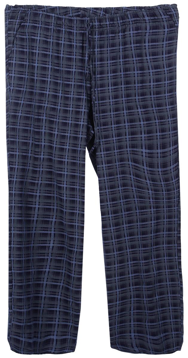17230507Мужские домашние брюки Violett изготовлены из натурального хлопка. Брюки прямого кроя абсолютно не сковывают движений и позволяют коже дышать. Мягкая и широкая резинка не давит на талию, а завязки в поясе позволяют зафиксировать брюки в удобном положении. Спереди модель дополнена двумя втачными карманами. Оформлены брюки стильным принтом в клетку.