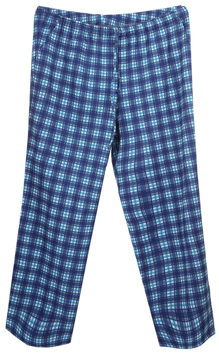 17230510Мужские домашние брюки Violett изготовлены из натурального хлопка. Брюки прямого кроя абсолютно не сковывают движений и позволяют коже дышать. Мягкая и широкая резинка не давит на талию, а завязки в поясе позволяют зафиксировать брюки в удобном положении. Спереди модель дополнена двумя втачными карманами. Оформлены брюки стильным принтом в клетку.
