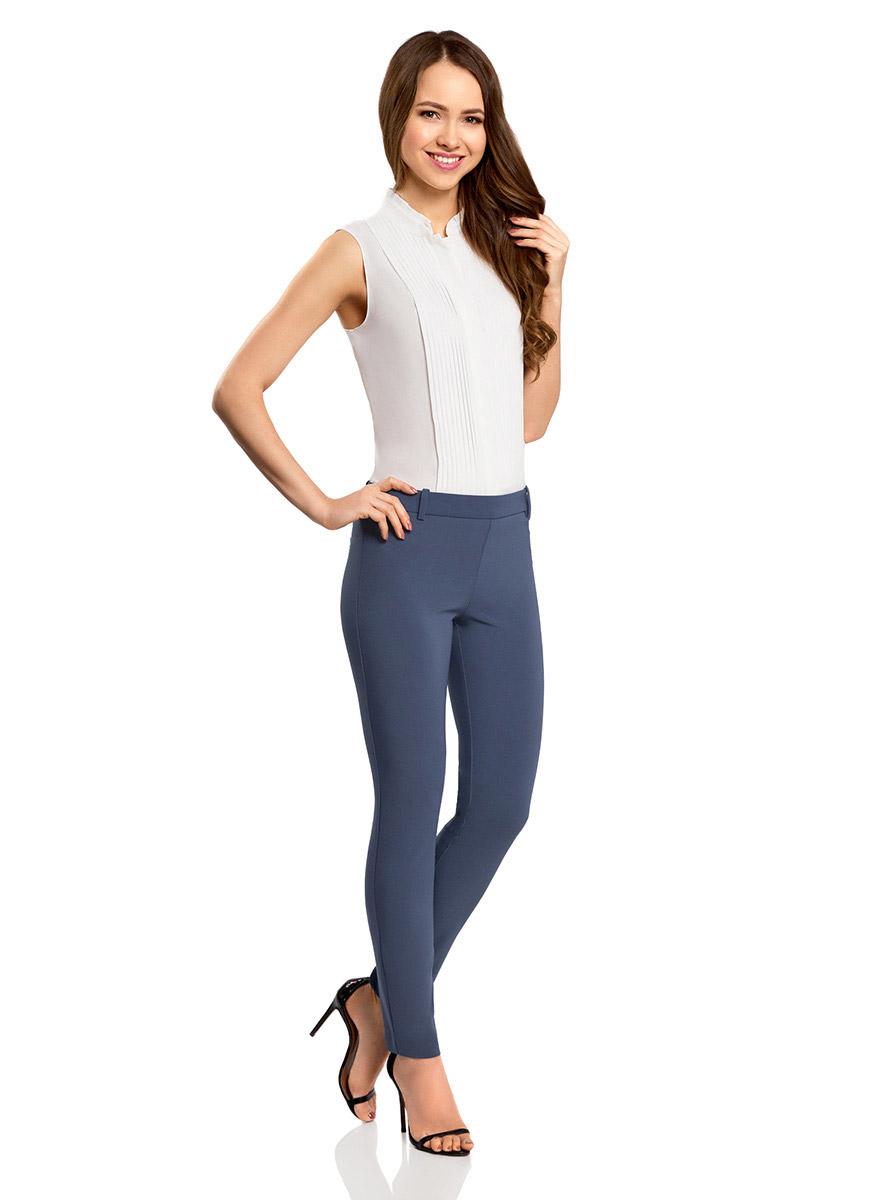 Брюки11700209/42250/4500NСтильные женские брюки oodji Ultra изготовлены из качественного полиэстера с добавлением эластана. Модель-слим со стандартной посадкой выполнена в лаконичном стиле. Застегиваются брюки по боковому шву на металлическую молнию. Сзади изделие оформлено имитацией прорезных карманов, а в поясе имеет шлевки для ремня.