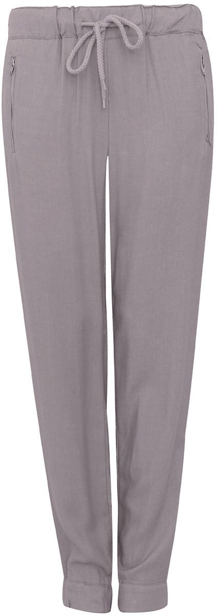 Брюки11711007/19891/1273EСтильные женские брюки oodji выполнены из 100% вискозы, на талии широкая эластичная резинка и затягивающийся шнурок. Модель свободного кроя со средней посадкой, низ брючин дополнен резинками и молниями. Спереди изделие дополнено двумя втачными карманами на застежках-молниях, сзади имитацией двух врезных карманов.