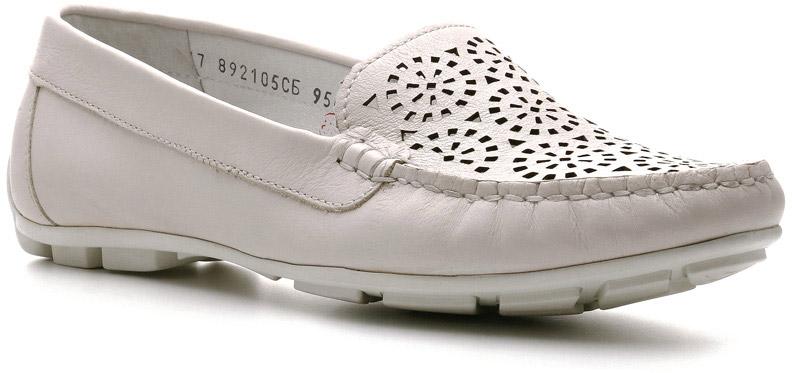 Мокасины892105СБВосхитительно женственными выглядят мокасины Kenya. Такими их делают: нежный ажурный верх, изящная прострочка и три декоративные блестящие скобочки сбоку. Кожаные стелька и подкладка обеспечат комфорт ноге. Резиновая подошва придаст устойчивости на любой поверхности. Само воплощение идеи городской комфорт.