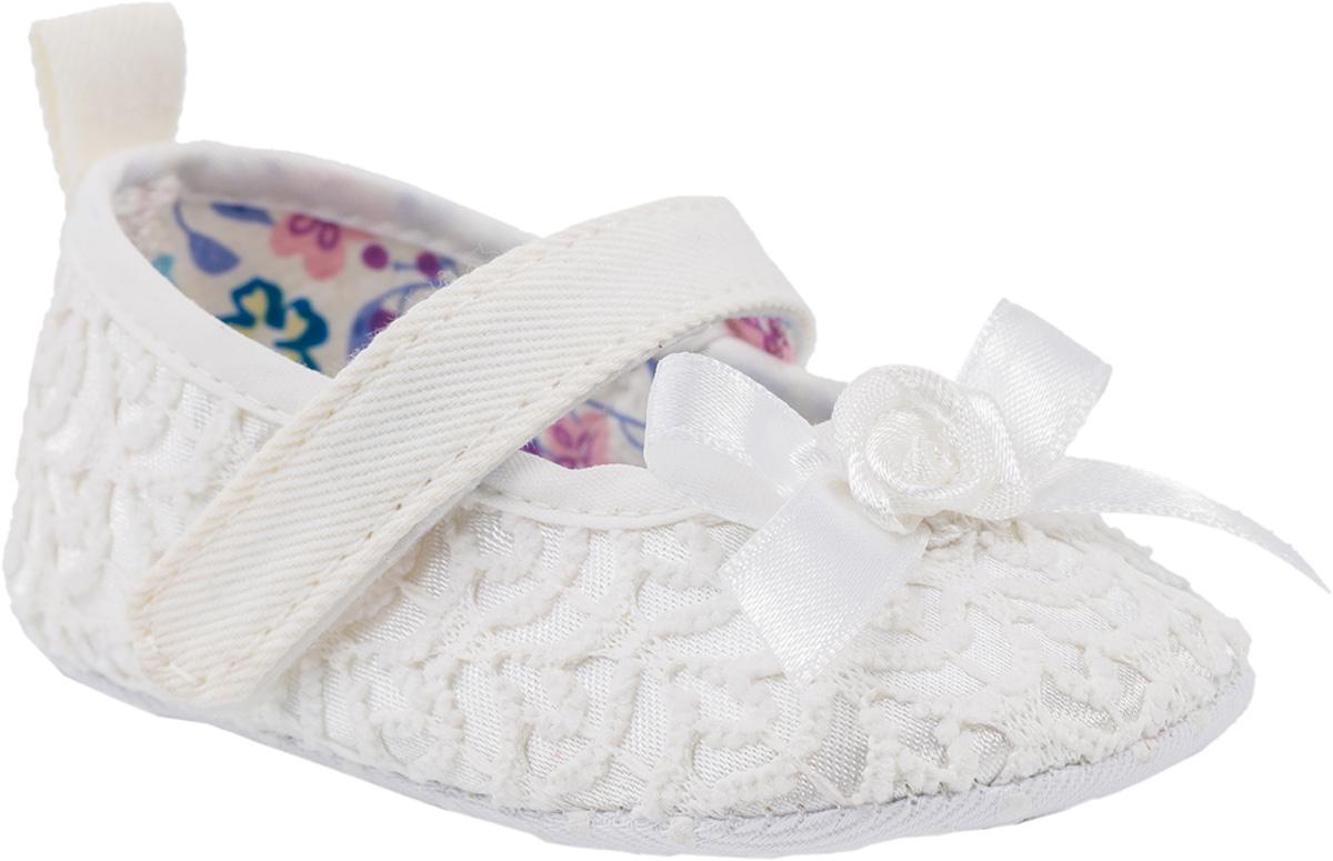 Пинетки001045-11Детские пинетки прекрасно подойдут для первых шажков вашей малышки. Верх модели выполнен из комбинированного материала, а подкладка и стелька - из текстиля. Подошва пинеток имеет противоскользящую поверхность, которая придаёт обуви лучшее сцепление с поверхностью. Пинетки обладают практичной застежкой на одной липучке, благодаря чему малышка сможет сама одевать и снимать свою обувь. Пинетки белого цвета станут отличным дополнением первого гардероба вашей маленькой принцессы.