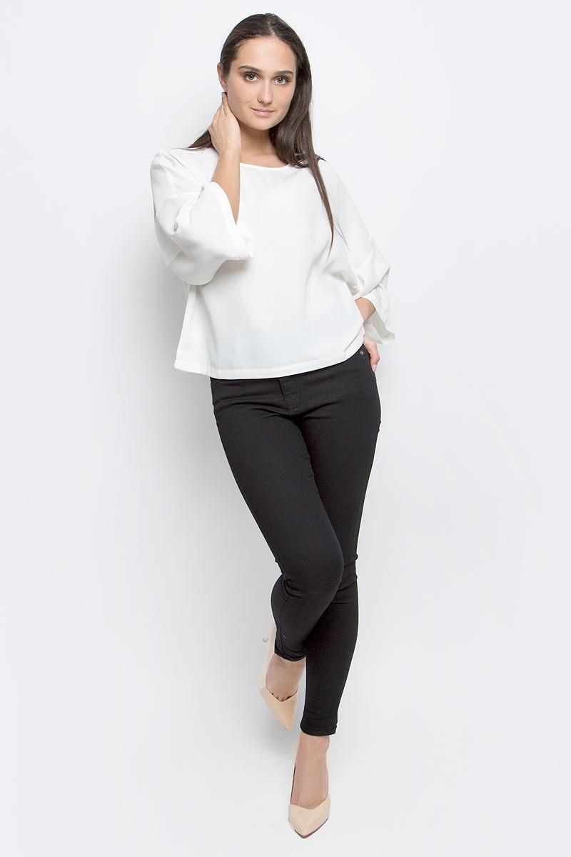 B197030_MilkЖенская блузка Baon выполнена из 100% полиэстера. Модель с круглым вырезом горловины и рукавами 3/4 сзади застегивается на пуговицу.