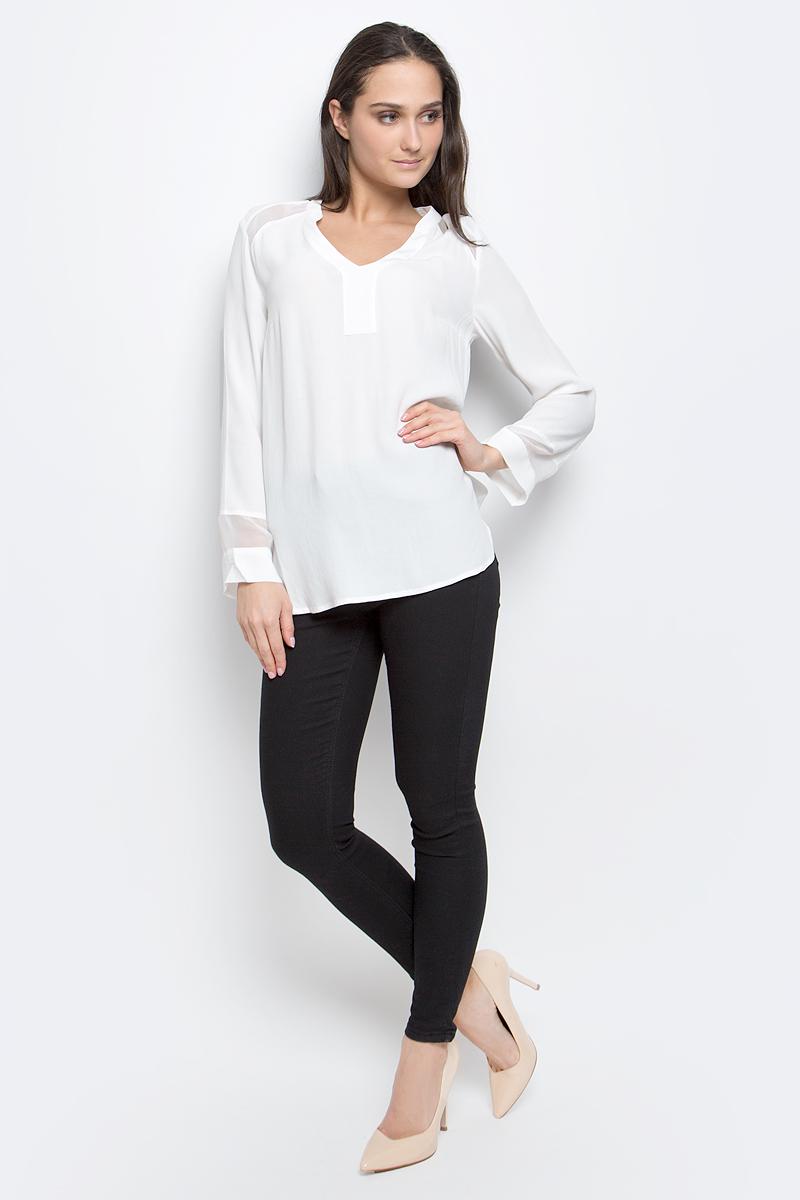 B177012_MilkЖенская блузка Baon выполнена из 100% вискозы. Модель с V-образным вырезом горловины и длинными рукавами. Спинка модели удлинена.
