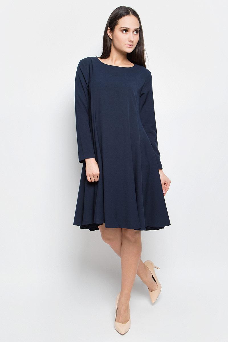 ПлатьеB457064_Dark NavyПлатье Baon средней длины выполнено из эластичной ткани. Модель с круглым вырезом горловины и стандартными длинными рукавами. Изделие застёгивается на застежку-молнию на спине. Задняя часть юбки слегка удлинена.