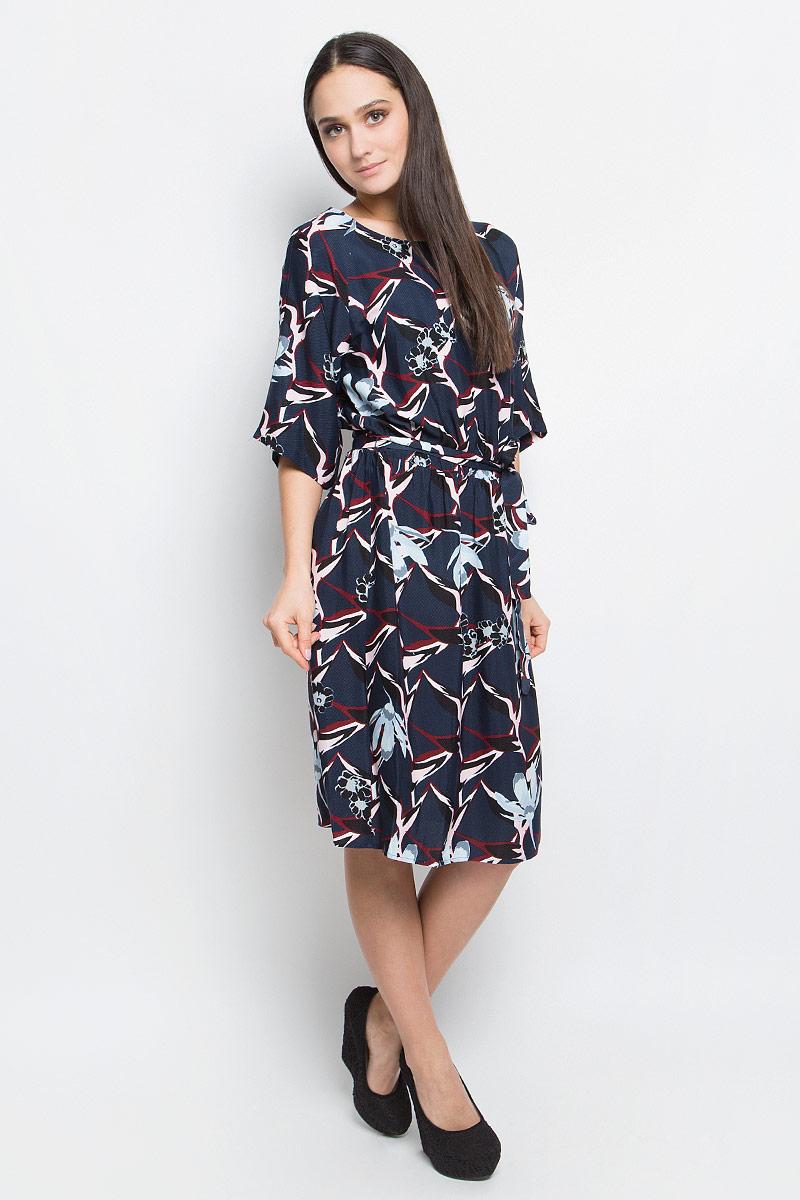 ПлатьеB457004_Dusk PrintedПлатье Baon длины миди выполнено из вискозы и оформлено ярким принтом. Модель с круглым вырезом горловины и рукавами реглан. Талия на эластичной резинке дополнена поясом.