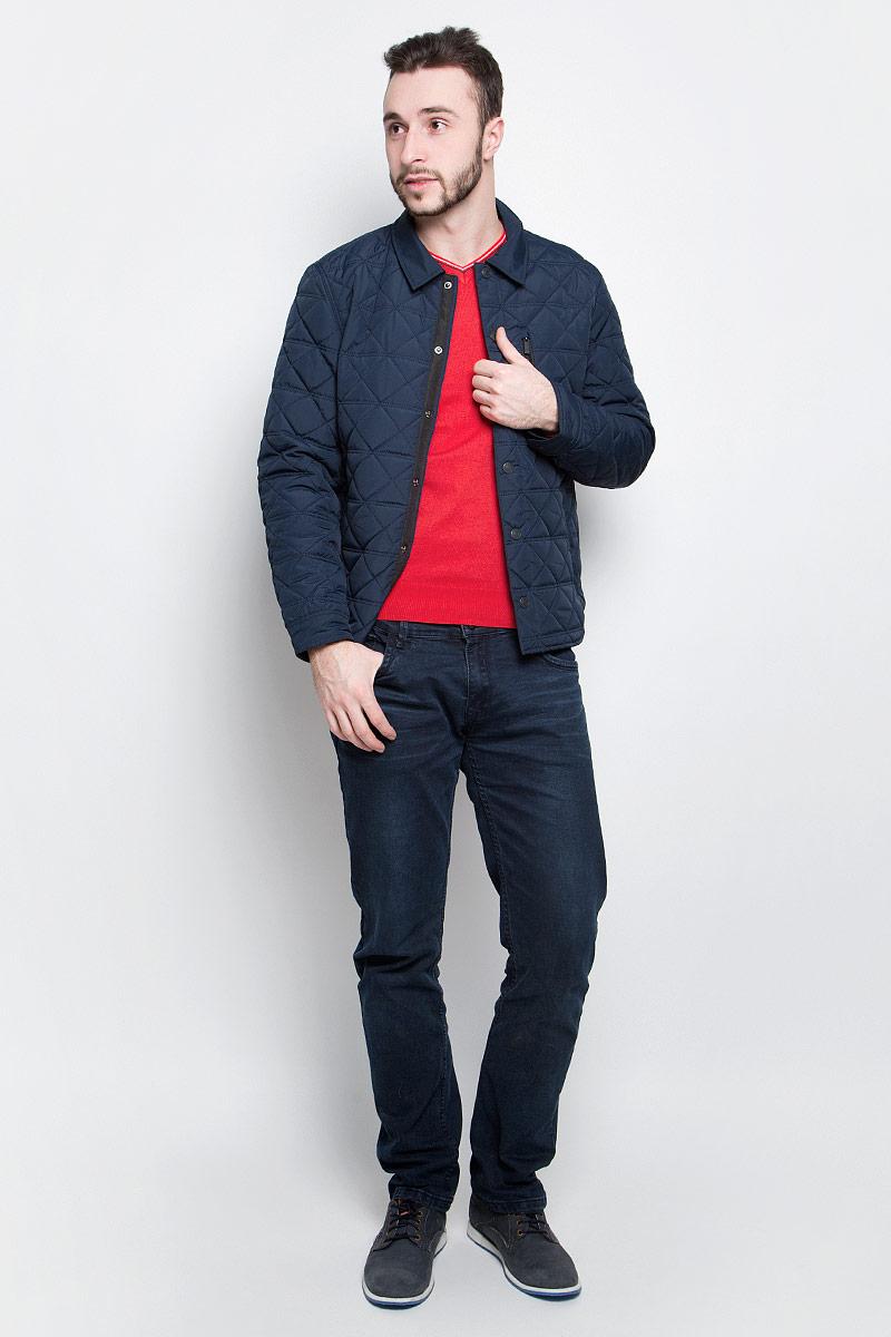 КурткаB537022_Deep NavyМужская куртка Baon выполнена из 100% полиэстера. Модель с длинными рукавами и отложным воротником застегивается на шесть металлических кнопок. Спереди куртка дополнена двумя втачными карманами на застежке-молнии и одним прорезным карманом на груди, с внутренней стороны одним накладным карманом на пуговице. На манжетах предусмотрены застежки-кнопки. Один из рукавов оформлен металлическим элементом в виде названия бренда.