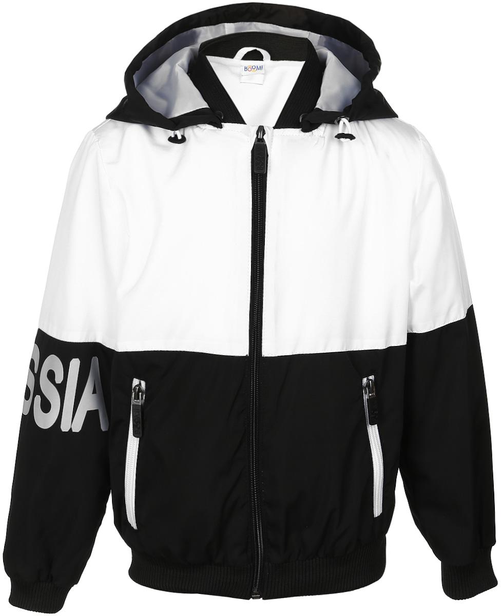 Куртка70080_BOB_вар.1Куртка для мальчика Boom! изготовлена из полиэстера. Куртка застегивается на пластиковую застежку-молнию. Спереди у модели имеются два врезных кармана на молниях. Съемный капюшон пристегивается на пуговицы. Капюшон оснащен резинкой-утяжкой со стопперами. Спинка и один рукав имеют буквенные принты. Воротник, манжеты рукавов и низ куртки выполнены из эластичной трикотажной резинки.