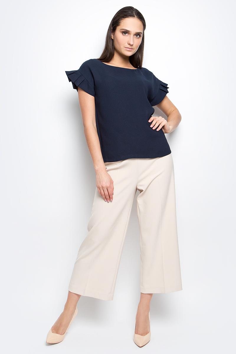 БлузкаB197018_Dark NavyЖенская блузка Baon выполнена из 100% полиэстера. Модель с круглым вырезом горловины и короткими рукавами сзади застегивается на пуговицу.