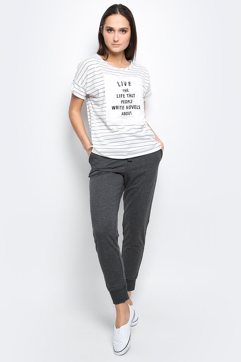 ФутболкаB237043_Milk-Dark Navy StripedЖенская футболка Baon выполнена из полиэстера с добавлением вискозы и эластана. Модель с круглым вырезом горловины и короткими рукавами оформлена оригинальным принтом.