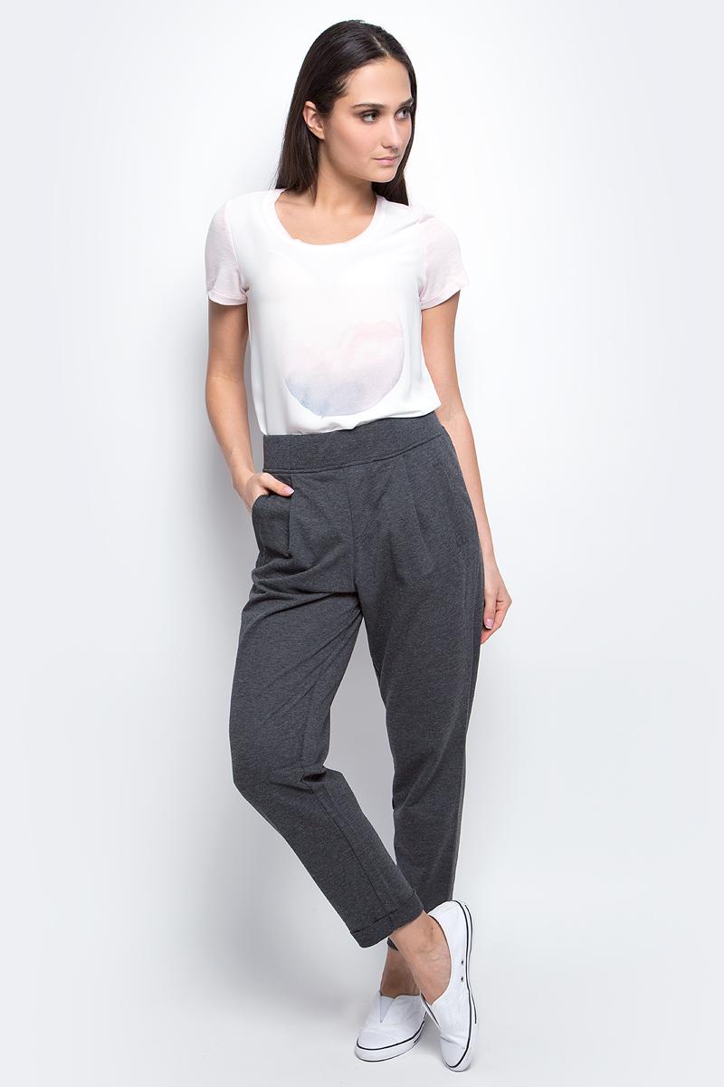 Брюки спортивныеB297301_Silver MelangeЖенские спортивные брюки Baon, выполненные из полиэстера и хлопка, идеально подойдут для активного отдыха и занятий спортом. Модель прямого кроя с завышенной талией имеет эластичный пояс, который фиксирует брюки точно по фигуре. Лицевая сторона изделия гладкая, изнаночная с небольшими петельками. Спереди расположены два втачных кармана. Низ брючин дополнен стильными отворотами.