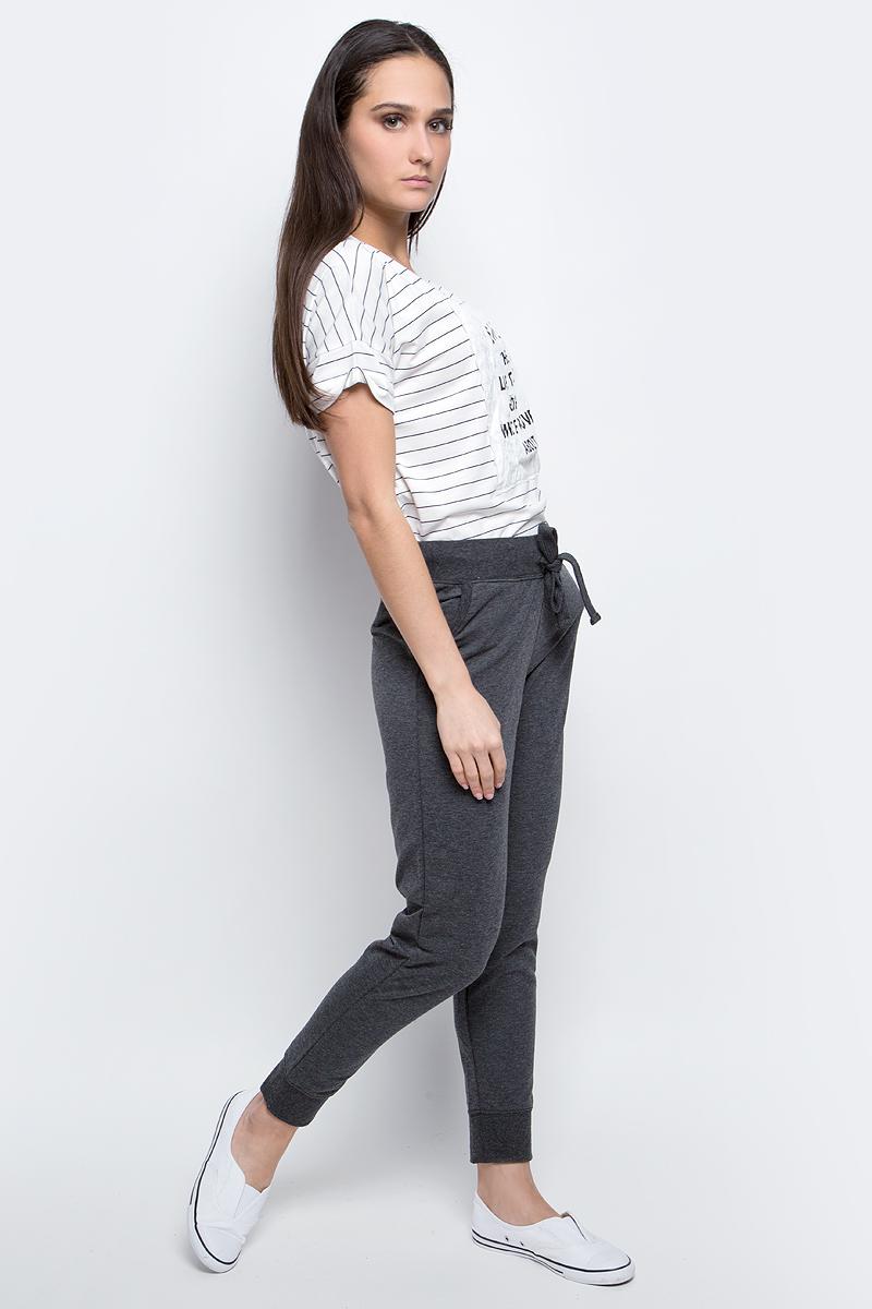 Брюки спортивныеB297302_Silver MelangeЖенские спортивные брюки Baon, выполненные из полиэстера и хлопка, идеально подойдут для активного отдыха и занятий спортом. Модель со стандартной талией имеет эластичный пояс с утягивающим шнурком, который фиксирует брюки точно по фигуре. Лицевая сторона изделия гладкая, изнаночная с небольшими петельками. Спереди расположены два втачных кармана. Низ брючин дополнен широкими трикотажными манжетами.
