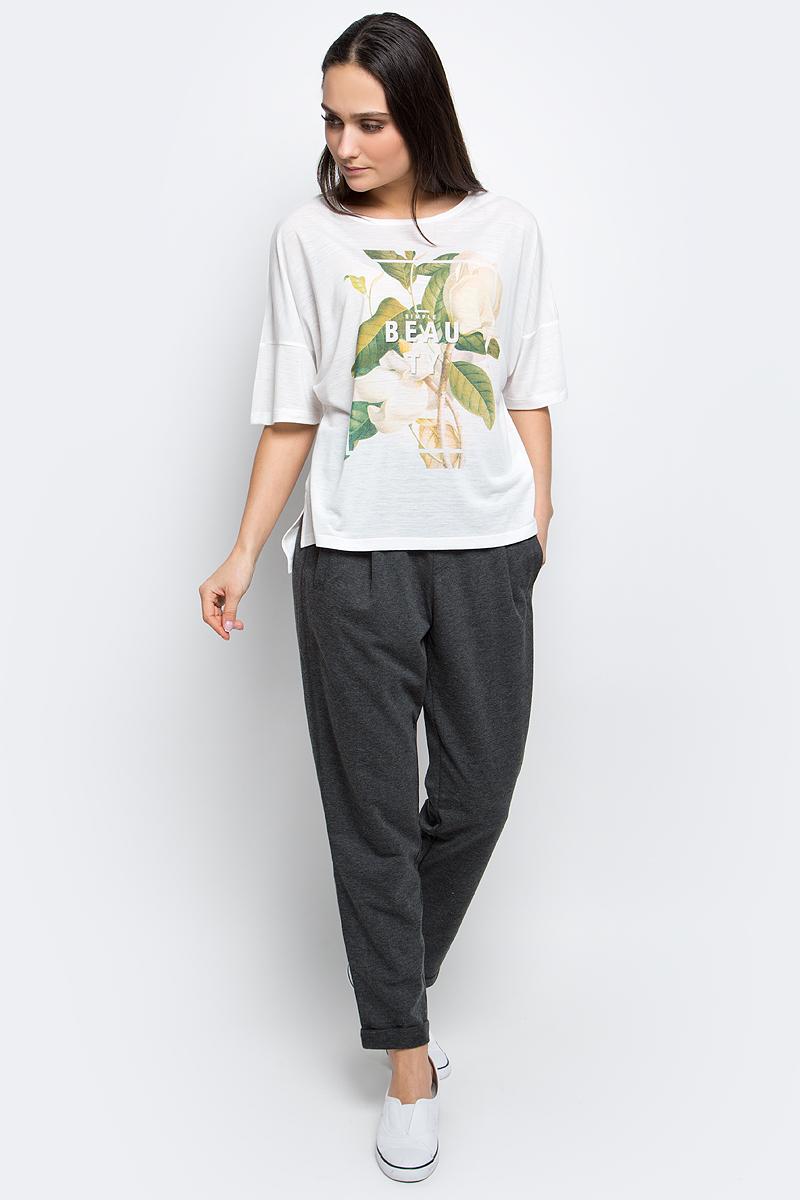 ФутболкаB237036_MilkЖенская футболка Baon выполнена из вискозы с добавлением полиэстера. Модель с короткими рукавами и круглым вырезом горловины оформлена оригинальным принтом. Спинка модели удлинена.