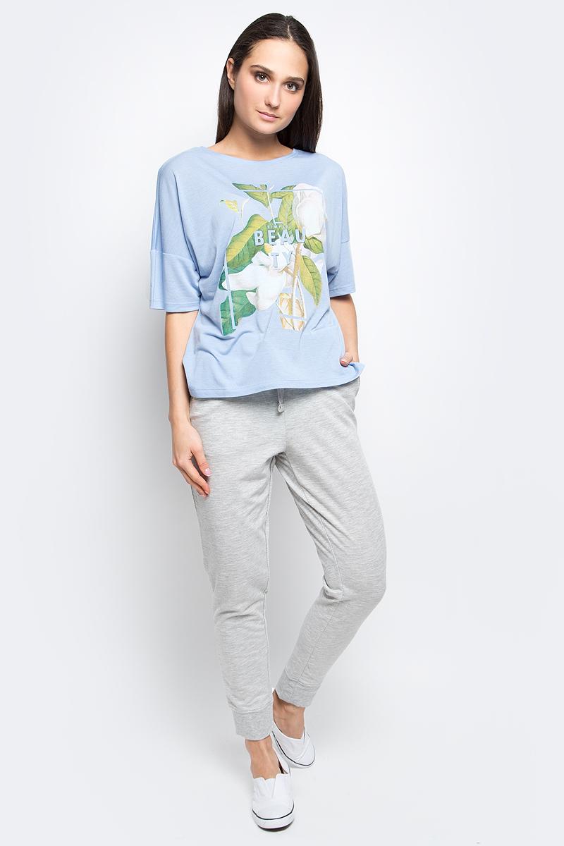 B237036_MilkЖенская футболка Baon выполнена из вискозы с добавлением полиэстера. Модель с короткими рукавами и круглым вырезом горловины оформлена оригинальным принтом. Спинка модели удлинена.