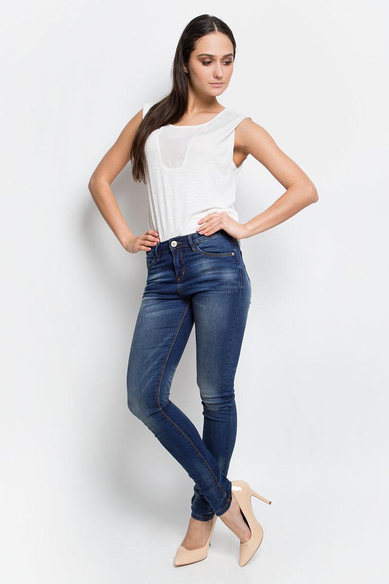 B307008_Navy DenimСтильные женские джинсы Baon, выполненные из натурального хлопка с добавлением эластана, позволят вам создать неповторимый, запоминающийся образ. Джинсы-слим со средней посадкой застегиваются на пуговицу в поясе и ширинку на застежке-молнии. Модель имеет шлевки для ремня. Джинсы имеют классический пятикарманный крой: спереди модель оформлена двумя втачными карманами и одним маленьким накладным кармашком, а сзади - двумя накладными карманами. Модель оформлена эффектом потертости и перманентными складками.