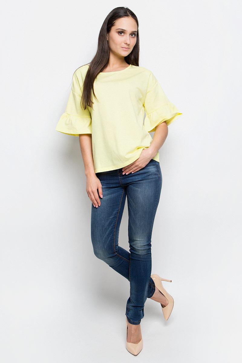 БлузкаB237019_WhiteЖенская блузка Baon выполнена из хлопка и полиэстера. Модель с круглым вырезом горловины и стандартными рукавами со смещенной проймой, оформленными сборкой.
