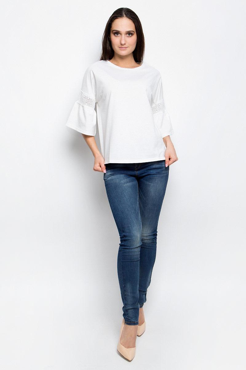 БлузкаB237002_BlackЖенская блузка Baon выполнена из плотной ткани. Модель с круглым вырезом горловины. Цельнокроеные рукава декорированы кружевной вставкой и сборкой.